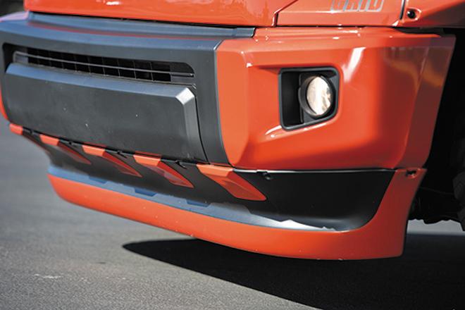 バンパー&スポイラーはタイヤの干渉を防ぐために2インチほど前方にオフセットしている。