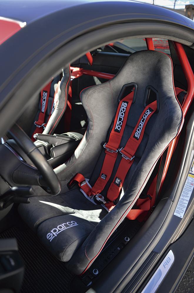スパルコのフルバケットとサベルトのシートベルト。