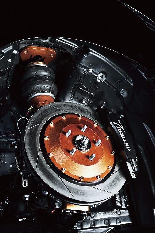 フロントのブレーキは、380Φの大径ローターと、削り出し6ポットキャリパーとの組み合わせ