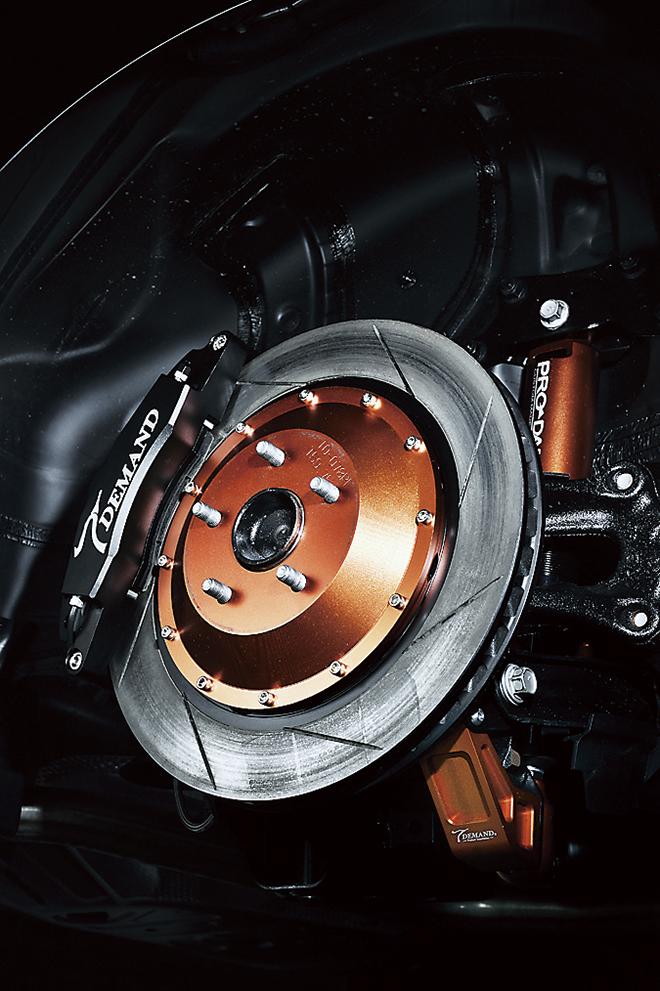 リアのブレーキシステムも、フロント同様380Φの大径ローターを採用