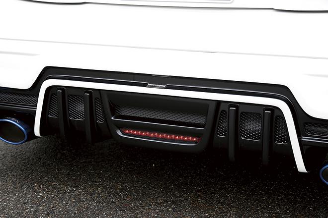 バンパー側に付く黒いラインがフロントフェイスエクステンション。リアスポイラーの中央部にはバッグフォグのインストールが可能