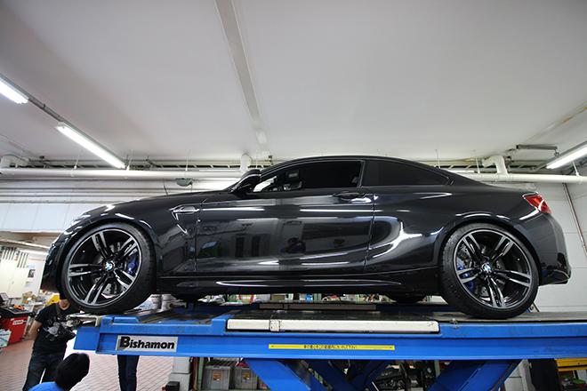 BMW F22  M2。スポーティーなM2はロワーレインフォースメントを取り付けることで、よりダイレクトな走りが手に入る。