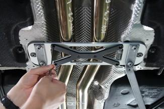黒い部分がXプレート。M4ではXプレートを使うのがデフォルトのスポーツモードで、外すとコンフォートモードとなる。M2ではXプレートを付けるのがスポーツプラス。かなり効き目がある。脱着も簡単だ。