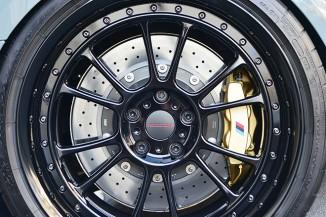 ホイールはセクターワンのNB12。タイヤはミシュラン・パイロットスーパースポーツ、ブレーキはBMWMパフォーマンスのカーボンセラミック製ローター+6ピストンキャリパー(ブレンボ製)。間違いない組み合わせだ。