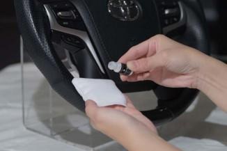 【⑤混合液をコーティング塗布用クロスに】指を入れて塗り込めるコーティング塗布用クロスが付属している。これにABの混合液を染み込ませる。