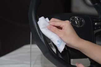 【⑦過剰な部分とレザー以外の部分を拭き取り・養生】コーティング剤の塗布が偏ってしまった部分や、レザー以外の場所に塗ってしまった場合はクロスで拭き取る。コーティングが完全に硬化し、防汚性能を発揮するまで6-7時間程度を要するため、触らずに置いて養生する。