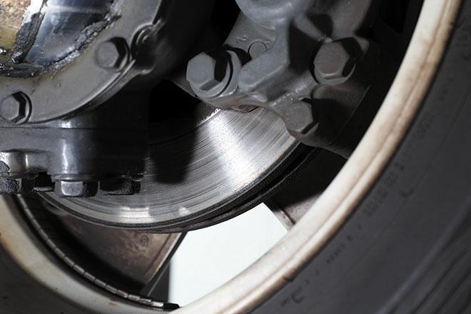》》》ブレーキローターの偏摩耗は研磨または交換で対応 重い車重が影響し、ブレーキローターは偏摩耗を起こす個体も少なくない。研磨で修正不可な場合は新品へ交換となる。