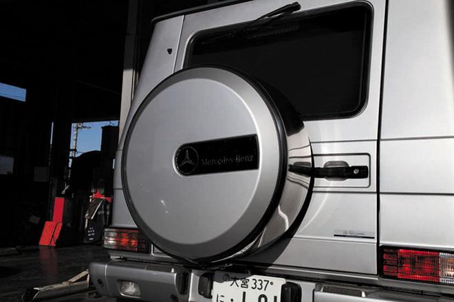 》》》高額なタイヤカバーゆえにバックでの破損に注意 スペアタイヤーカバーは高額なアイ テムで、純正アッシー交換となると 10 万円超えとなるので、破損させな いよう、バック時などは注意したい。