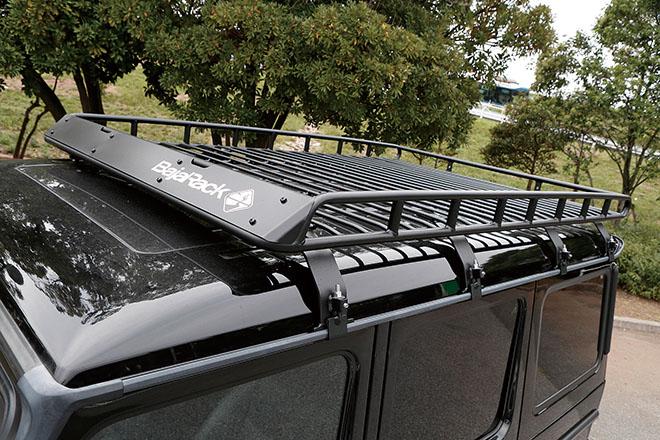 様々なアウトドア用品を持ち運べるよう、バハラックで積載性をアップさせる。