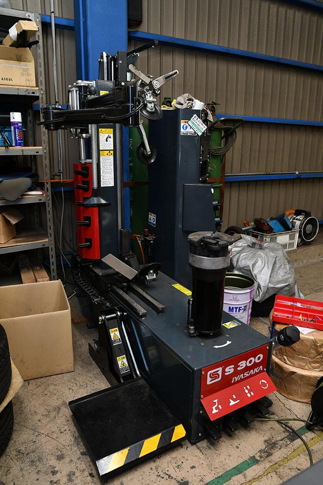 ファクトリー内にはホイールチェンジャー、インジェクション洗浄機、ブレーキローター 研磨機も完備する。