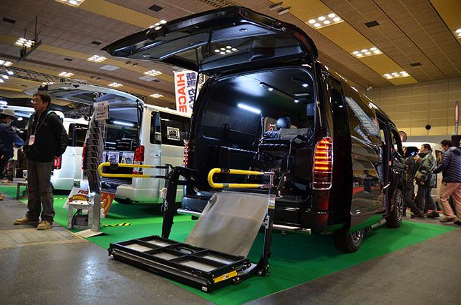 車椅子専用電動埋め込み式の固縛装置を装備 した福祉車両