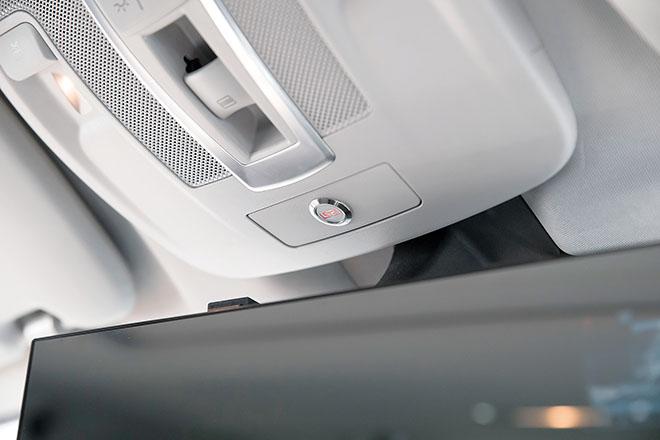 既存のオーディオに追加するレイヤード サウンド。小型のアンプを仕込み、Aピラー内や天井内部にドライバを装着。