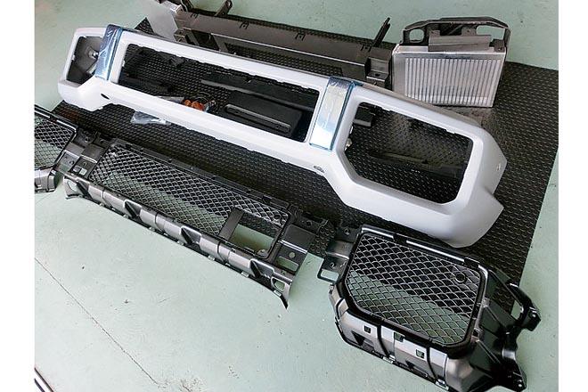 AMG G63 用フロントバンパースポイ ラー。ドレスアップパーツも各種取りそろ えており、ペイントも合わせて任せられる。