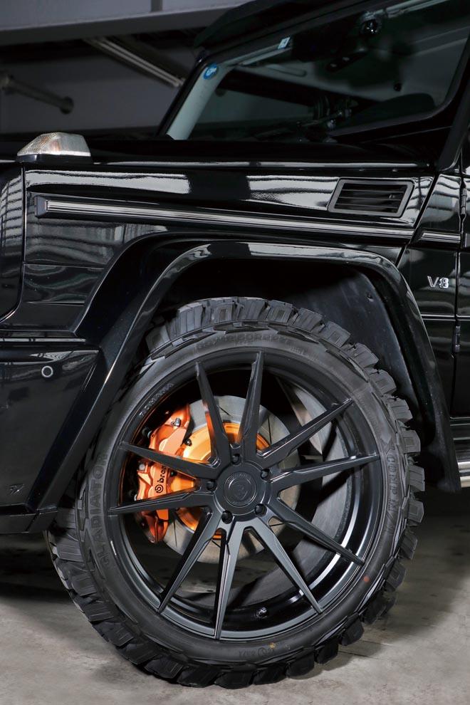 22インチのマッドタイヤを装着してオフロードスタイル