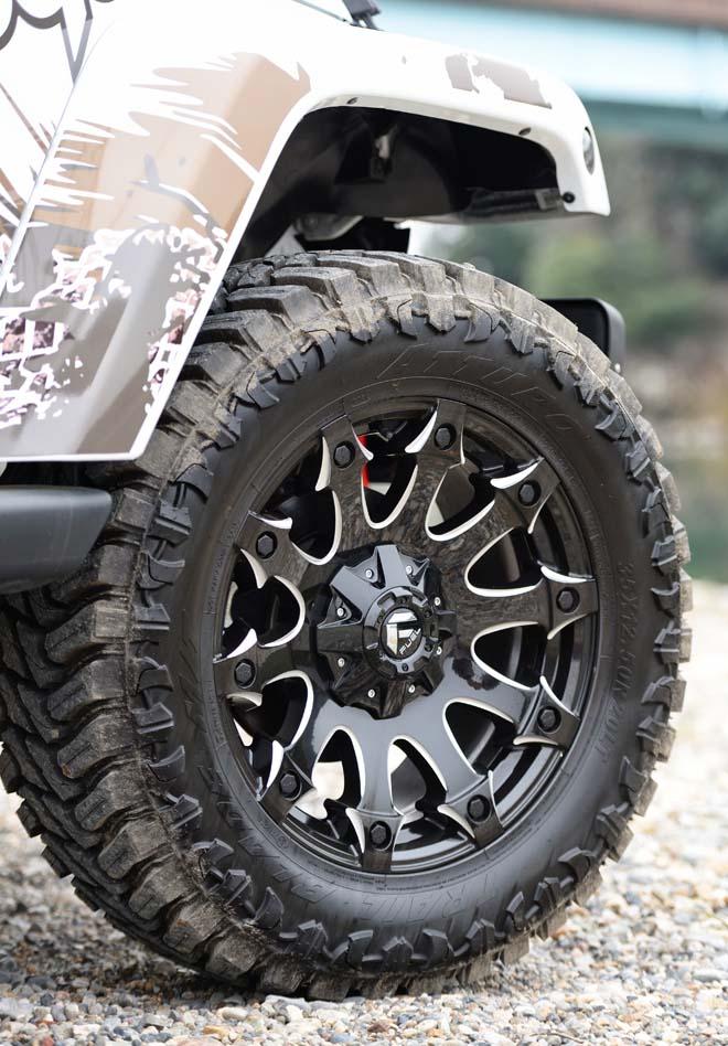 フューエルオフロートのBATTLE AXE D578に35×12.50-20のMTタイヤ