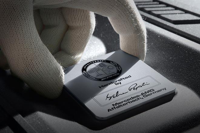 エンジンの仕上げは、組み上げたマイスターのサインの入ったプレート「Handcrafted by …」をつけること